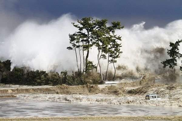 japan-tsunami-earthquake-new-pictures-wave_33638_600x450