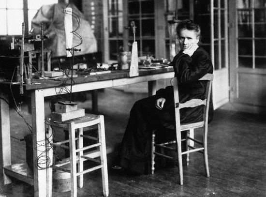 H Μαρία Κιουρί στο εργαστήριό της